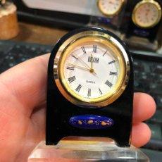 Orologi: PEQUEÑO RELOJ DE MESA DE METACRILATO - MEDIDA 7,5X5,5 CM. Lote 233734605