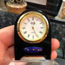 Relojes: PEQUEÑO RELOJ DE MESA DE METACRILATO - MEDIDA 7,5X5,5 CM. Lote 233734890
