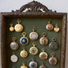 Relojes: 23 REPRODUCCIONES DE RELOJES DE BOLSILLO DE ÉPOCA NUEVOS MOVIMIENTO DE CUARZO EN SU VITRINA. Lote 238421390