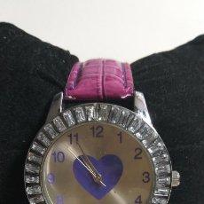 Relojes: RELOJ DE MUJER SIN MARCA PERCEPTIBLE. CORAZON. CORREA ROSA. Lote 239651595