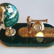 Relojes: ESCRIBANIA CON RELOJ DE CUARZO, TERMOMETRO E HIGROMETRO - VERDE Y DORADO. Lote 243987430