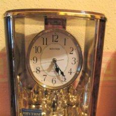 Relojes: ELEGANTE RELOJ DE MESA DE LA MARCA RHYTHM CON PÉNDULO GIRATORIO.. Lote 237404155