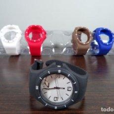 Relojes: RELOJ CON 5 CORREAS DE COLORES DIFERENTES NEGRO, BLANCO, ROJO, AZUL Y MARRÓN. Lote 254908130