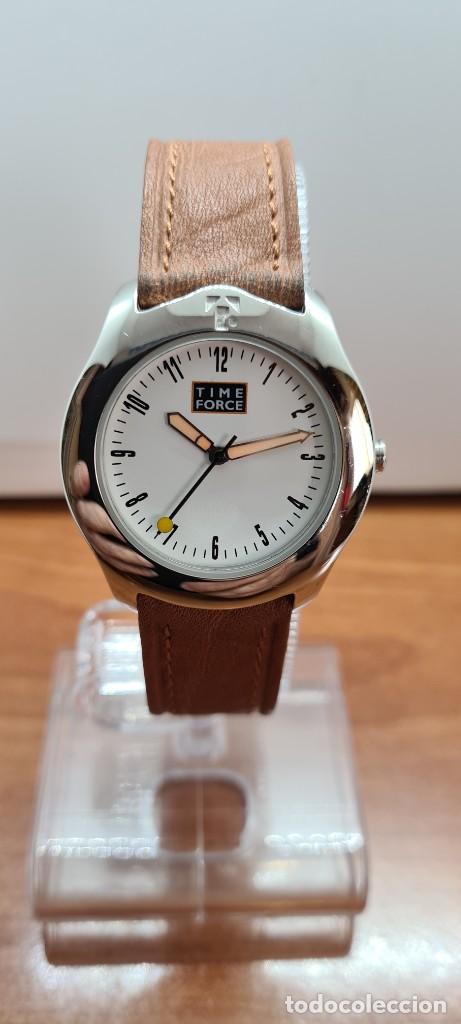 RELOJ TIME FORCE ACERO DE CUARZO, ESFERA BLANCA, AGUJAS AMARILLAS, CORREA DE CUERO ORIGINAL MARRÓN. (Relojes - Relojes Actuales - Otros)
