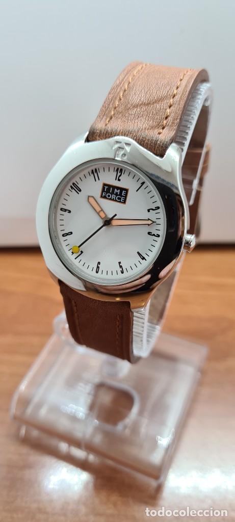 Relojes: Reloj TIME FORCE acero de cuarzo, esfera blanca, agujas amarillas, correa de cuero original marrón. - Foto 2 - 255436420