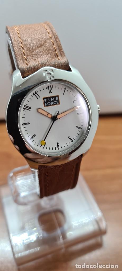 Relojes: Reloj TIME FORCE acero de cuarzo, esfera blanca, agujas amarillas, correa de cuero original marrón. - Foto 3 - 255436420