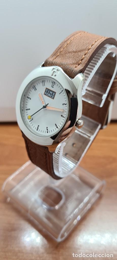 Relojes: Reloj TIME FORCE acero de cuarzo, esfera blanca, agujas amarillas, correa de cuero original marrón. - Foto 4 - 255436420