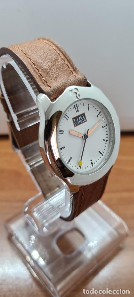Relojes: Reloj TIME FORCE acero de cuarzo, esfera blanca, agujas amarillas, correa de cuero original marrón. - Foto 5 - 255436420