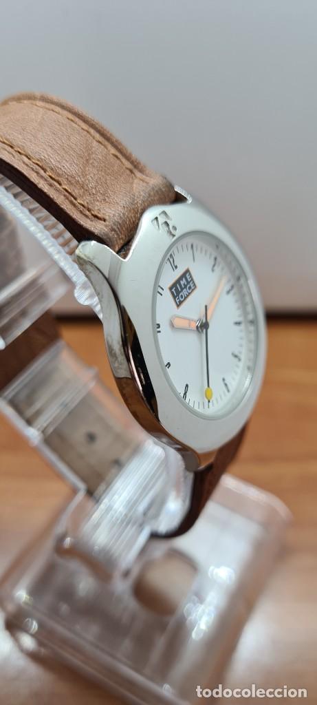 Relojes: Reloj TIME FORCE acero de cuarzo, esfera blanca, agujas amarillas, correa de cuero original marrón. - Foto 7 - 255436420