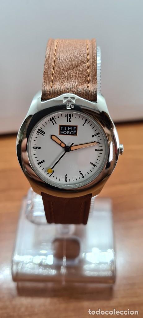Relojes: Reloj TIME FORCE acero de cuarzo, esfera blanca, agujas amarillas, correa de cuero original marrón. - Foto 10 - 255436420