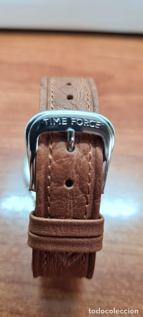 Relojes: Reloj TIME FORCE acero de cuarzo, esfera blanca, agujas amarillas, correa de cuero original marrón. - Foto 12 - 255436420