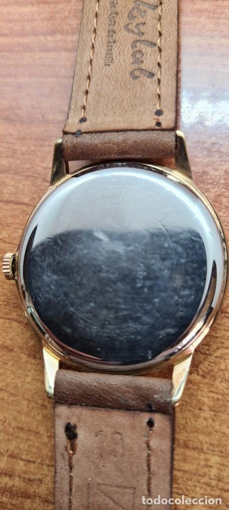 Relojes: Reloj caballero (Vintage) RADIANT, cuerda chapado oro, esfera blanca con segundero las seis, correa - Foto 15 - 257977085