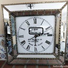 Relógios: RELOJ DE PARED EN PORCELANA Y ESPEJO PROPAGANDA DE CLIMENT GONZALEZ SANEAMIENTOS EN MURO DE ALCOY. Lote 283747828