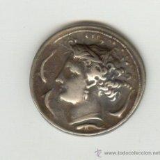 Reproducciones billetes y monedas: MUY BONITA COPIA DE UN DECADRACMA DE SYRACUSA . NO ES DE PLATA. Lote 21042339