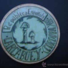Reproducciones billetes y monedas: CARTÓN MONEDA LOCAL DE CARCABUEY (CÓRDOBA) -TIMBRE MÓVIL-, CON SELLO 25 CTS II REPÚB. MBC+. 1937.. Lote 28146591