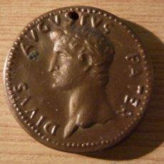 Reproducciones billetes y monedas: MONEDA EN PLASTICO DIVUS AUGUSTUS PATER PUBLICIDAD LIQUEUR LICOR ATTIK . CUSENIER 1966 . 3CM DM. Lote 53400680
