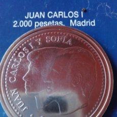 Reproducciones billetes y monedas: MONEDA JUAN CARLOS I 2000 PESETAS 2001. REPRODUCCIÓN. Lote 98702323
