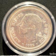 Reproducciones billetes y monedas: BONITA REPRODUCCIÓN MONEDA PLATA 5 PESETAS 1882 ALFONSO XII ESPAÑA METAL CON BAÑO DE PLATA FINA. Lote 76923387