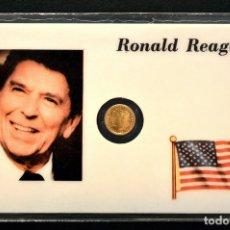 Reproducciones billetes y monedas: MEDALLA EN CARNET PLASTIFICADO 11X7CM RONALD REAGAN MEDALLA BAÑO EN ORO. Lote 93380065