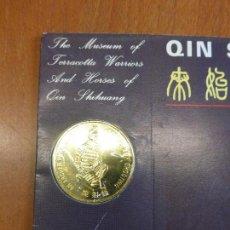 Reproducciones billetes y monedas: MONEDA CONMEMORATIVA CHINA EN BLISTER - MUSEUM OF TERRACOTTA WARRIORS - GUERREROS TERRACOTA -. Lote 116910439