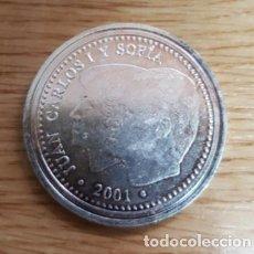 Reproducciones billetes y monedas: REPRODUCCION MONEDA JUAN CARLOS I Y SOFÍA 2000 PESETAS. MADRID 2001. BAÑO DE PLATA. MONEDA-119. Lote 118995679