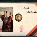 Reproducciones billetes y monedas: MEDALLA EN CARNET PLASTIFICADO 11X7CM JOSE ANTONIO PRIMO DE RIVERA FALANGE MEDALLA BAÑO EN ORO. Lote 119571403