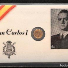 Reproducciones billetes y monedas: MEDALLA EN CARNET PLASTIFICADO 11X7CM JUAN CARLOS I REY ESPAÑA MEDALLA BAÑO EN ORO. Lote 119571635