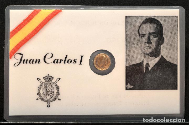 Reproducciones billetes y monedas: MEDALLA EN CARNET PLASTIFICADO 11X7CM JUAN CARLOS I REY ESPAÑA MEDALLA BAÑO EN ORO - Foto 2 - 119571635