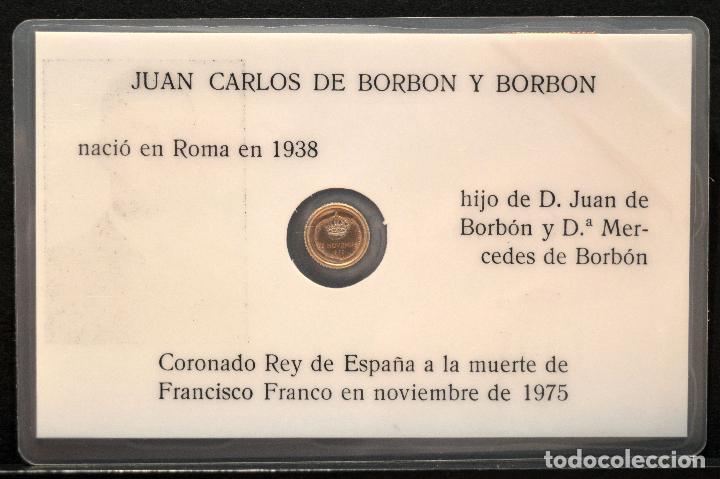 Reproducciones billetes y monedas: MEDALLA EN CARNET PLASTIFICADO 11X7CM JUAN CARLOS I REY ESPAÑA MEDALLA BAÑO EN ORO - Foto 3 - 119571635