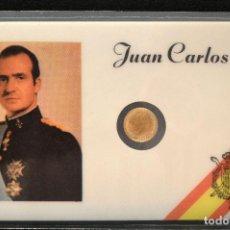 Reproducciones billetes y monedas: MEDALLA EN CARNET PLASTIFICADO 11X7CM JUAN CARLOS I REY ESPAÑA MEDALLA BAÑO EN ORO. Lote 119571719