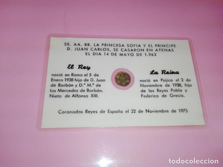 Reproducciones billetes y monedas: TARJETA-CONMEMORATIVA-BODA DE LOS REYES JUAN CARLOS&SOFÍA-MONEDA 100 PESETAS-DORADA- - Foto 3 - 143061234