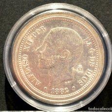 Reproducciones billetes y monedas: BONITA REPRODUCCIÓN MONEDA PLATA 5 PESETAS 1882 ALFONSO XII ESPAÑA METAL CON BAÑO DE PLATA PURA. Lote 156452301
