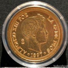 Reproducciones billetes y monedas: BONITA REPRODUCCIÓN MONEDA DE ORO ESPAÑA100 PESETAS 1897 ALFONSO XIII METAL CON BAÑO DE ORO PURO. Lote 133626701