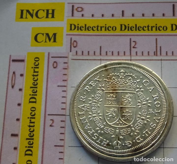Reproducciones billetes y monedas: MONEDA ESPAÑOLA. 7. 8 REALES CARLOS II 1691 SEGOVIA. CON BAÑO DE PLATA. REPRODUCCIÓN EL PAÍS. - Foto 2 - 161172714