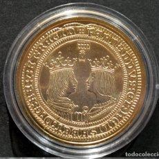Reproducciones billetes y monedas: BONITA REPRODUCCIÓN MONEDA DE ORO 4 EXCELENTES REYES CATOLICOS ESPAÑA METAL CON BAÑO DE ORO PURO. Lote 161571904