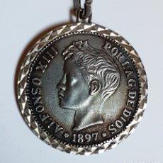 Reproducciones billetes y monedas: LLAVERO DE PLATA REPRODUCCIÓN MONEDA 5 PESETAS ALFONSO XIII 1897. EBC.. Lote 164760094