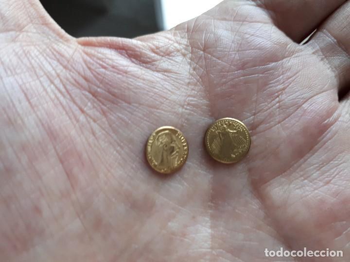 DOS MONEDITAS ORO 22 KTES HGE. MEJICO Y USA. (Numismática - Reproducciones)