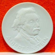 Reproductions billets et monnaies: MEDALLA CERÁMICA DE ALBERT EINSTEIN – 150 AÑOS ORDEN POUR LE MERITE - ALEMANIA. Lote 168485204