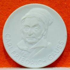 Reproductions billets et monnaies: MEDALLA CERÁMICA DE CARL FRIEDRICH GAUSS – 150 AÑOS ORDEN POUR LE MERITE - ALEMANIA. Lote 168488464