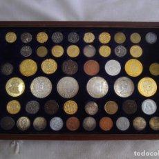 Reproducciones billetes y monedas: COLECCIÓN DE 50 MONEDAS DESDE ROMA A LA PESETA DE JUAN CARLOS. BAÑO ORO Y PLATA.. Lote 177660707
