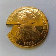 Reproducciones billetes y monedas: RÉPLICA RECORTADA DOBLÓN 1765 BAÑO GRUESO DE ORO. Lote 178972385