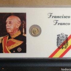 Reproducciones billetes y monedas: TARJETA FRANCISCO FRANCO CON MINIATURA DE MONEDA DE 100 PESETAS. Lote 200583073