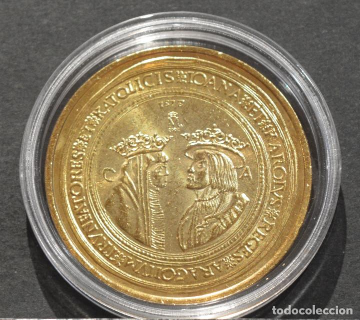BONITA REPRODUCCIÓN MONEDA DE ORO 100 DUCADOS JUANA Y CARLOS ZARAGOZA 1528 METAL BAÑO DE ORO PURO (Numismática - Reproducciones)