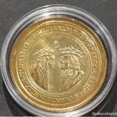 Reproducciones billetes y monedas: BONITA REPRODUCCIÓN MONEDA DE ORO 100 DUCADOS JUANA Y CARLOS ZARAGOZA 1528 METAL BAÑO DE ORO PURO. Lote 186038787