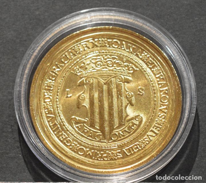 Reproducciones billetes y monedas: BONITA REPRODUCCIÓN MONEDA DE ORO 100 DUCADOS JUANA Y CARLOS ZARAGOZA 1528 METAL BAÑO DE ORO PURO - Foto 3 - 186038787