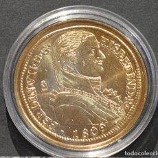 Reproducciones billetes y monedas: BONITA REPRODUCCIÓN MONEDA DE ORO 8 ESCUDOS 1809 FERNANDO VII ESPAÑA METAL BAÑO DE ORO PURO. Lote 186042301
