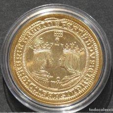 Reproducciones billetes y monedas: BONITA REPRODUCCIÓN MONEDA DE ORO 4 EXCELENTES REYES CATOLICOS ESPAÑA METAL BAÑO EN ORO PURO. Lote 186082822