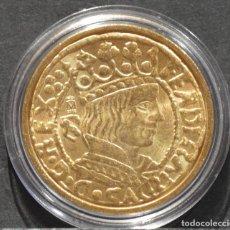 Reproducciones billetes y monedas: BONITA REPRODUCCIÓN MONEDA DE ORO 1 PRINCIPADO 1493 BARCELONA FERNANDO II ESPAÑA METAL BAÑO DE ORO. Lote 186116366