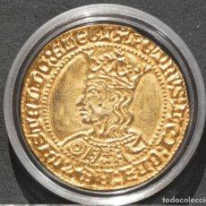 Reproducciones billetes y monedas: BONITA REPRODUCCIÓN MONEDA ORO DOBLA DE 35 MARAVEDIS SEVILLA PEDRO I DE CASTILLA BAÑO EN ORO PURO. Lote 186151895