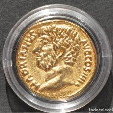 Reproducciones billetes y monedas: BONITA REPRODUCCIÓN MONEDA DE ORO AUREO DE ADRIANO HISPANIA METAL BAÑO DE ORO PURO . Lote 186157225